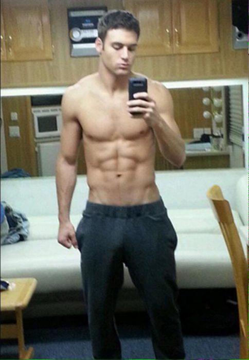 Chico sexy en pants y sin camisa