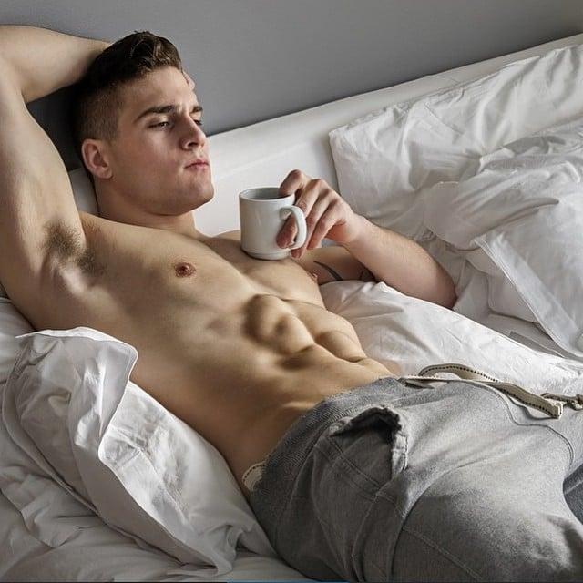 Chico acostado tomando una taza de café