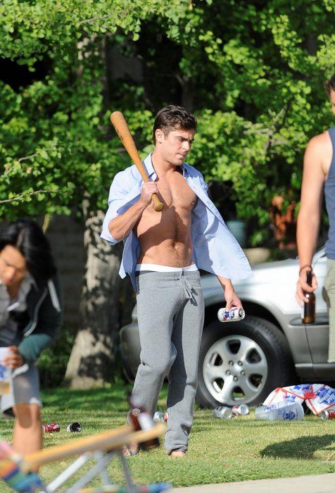 Zac Efron con un pants gris