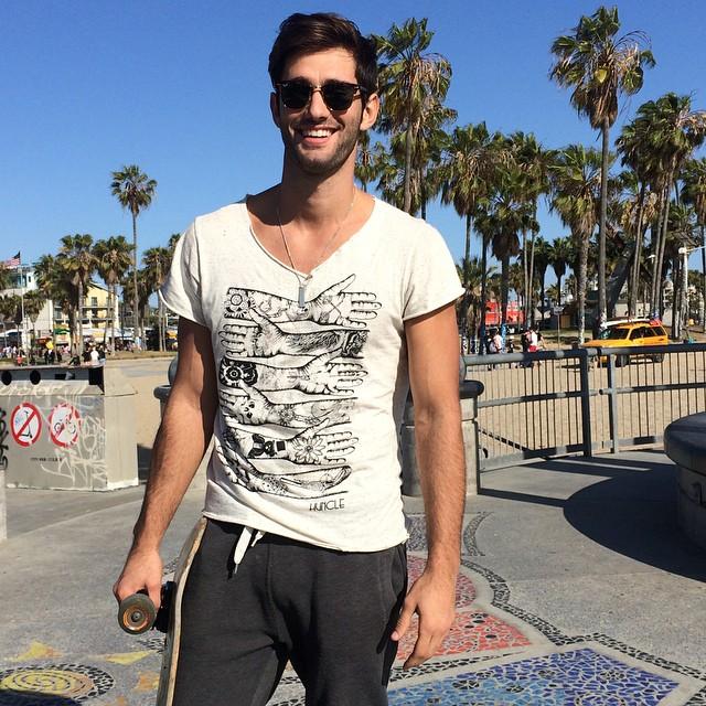 Chico con pants en un skatepark