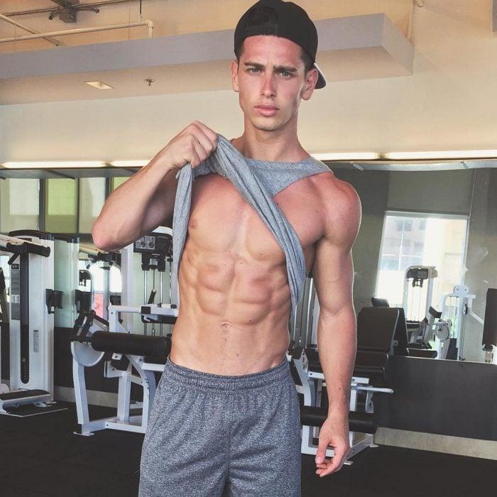 Chico en el gimnasio con un pants gris