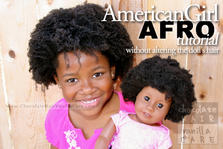 Niña junto a su muñeca de cabello afro jugando