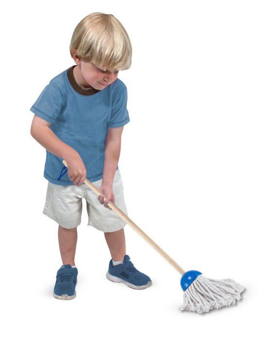 Niño jugando con una jerga para limpiar