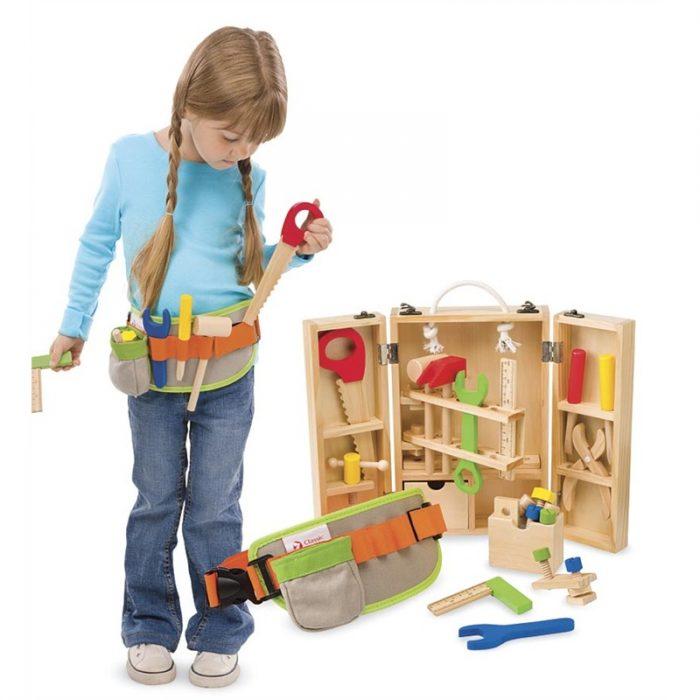 Niña jugando con distintas herramientas de construcción