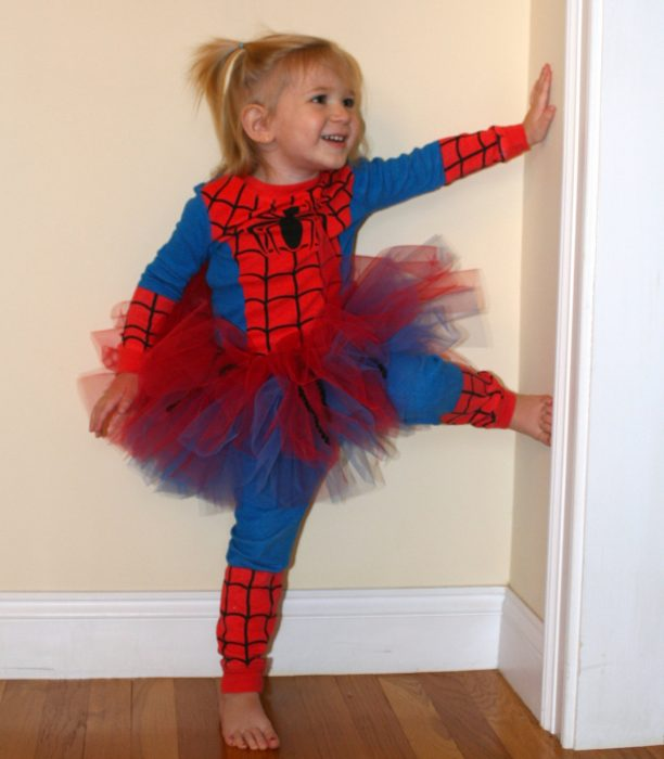Niña vestida de el hombre araña