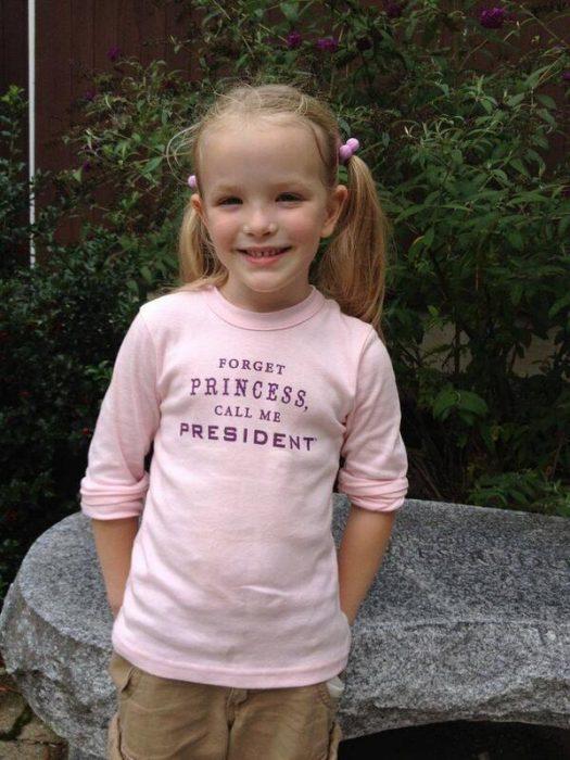 Niña usando una camisa que dice que quiere ser presidenta
