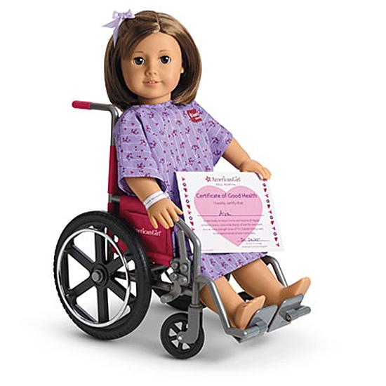 Muñeca que esta en una silla de ruedas