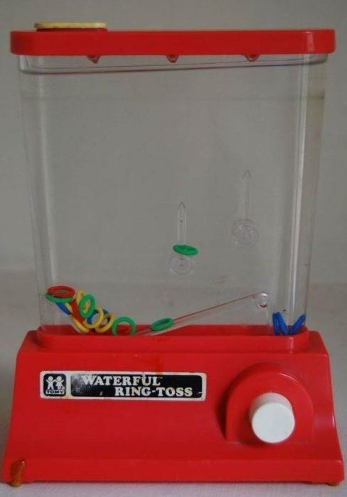 Jugo que contiene agua y donas de plástico