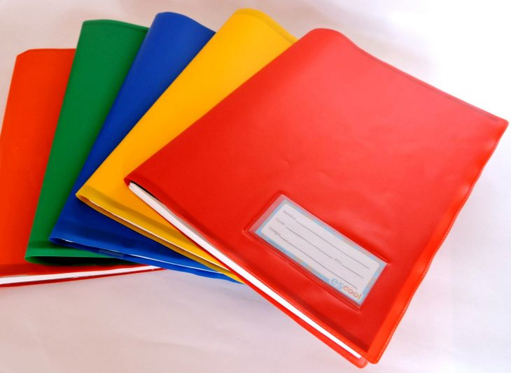Libros forrados de distintos colores