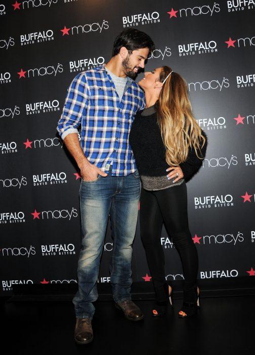 Eric Decker's y su esposa Jessie James Decker besándose