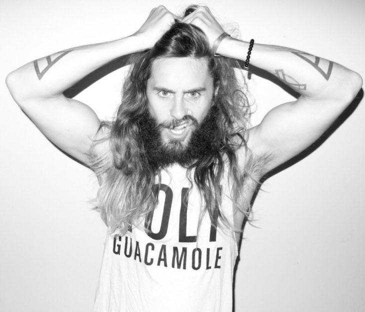 Jared Leto agarrando su cabello