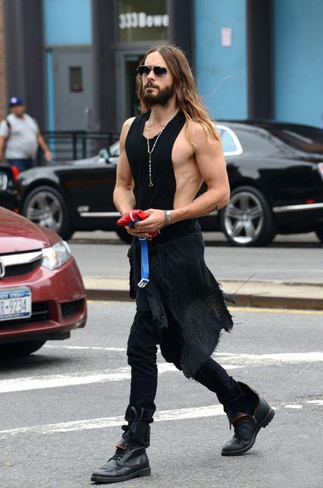 Jared Leto caminando por la calle