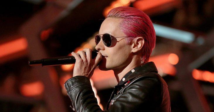 Jared Leto con el cabello rosa