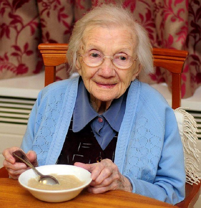 Jessie Gallan comiendo avena