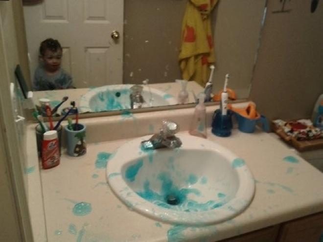 Niño destullendo el baño de su casa con pasta dental