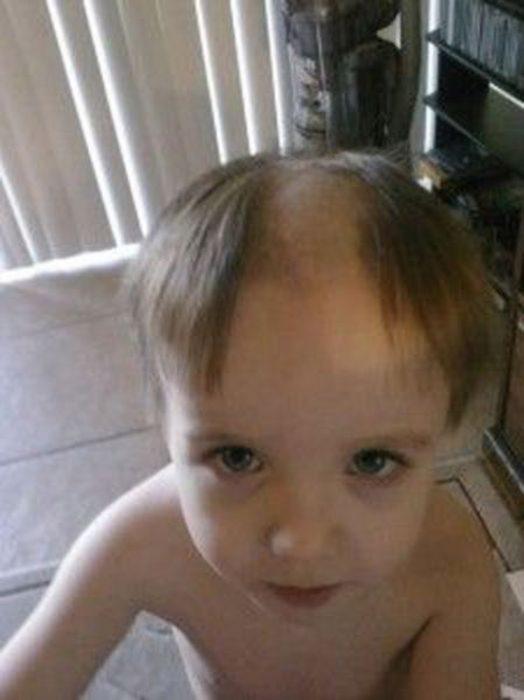 Niño con el cabello rapado