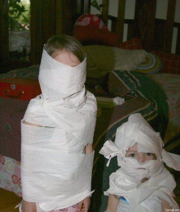 Niños envueltos en papel higiénico