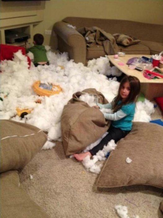 Niños con la sala destruida