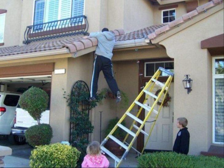 Hombre sujetado del techo porque su escalera se callo