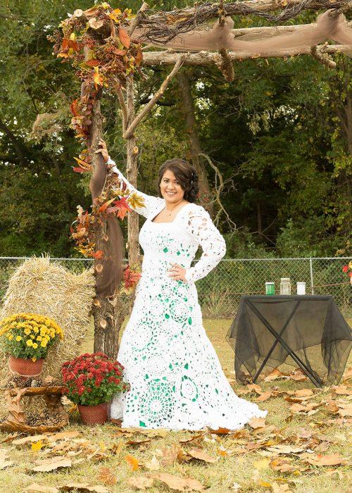 Chica usando un vestido de novia que ella misma tejió