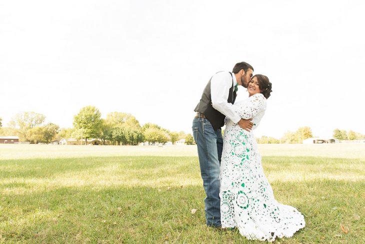 hombre besando a su novia que confecciono su propio vestido