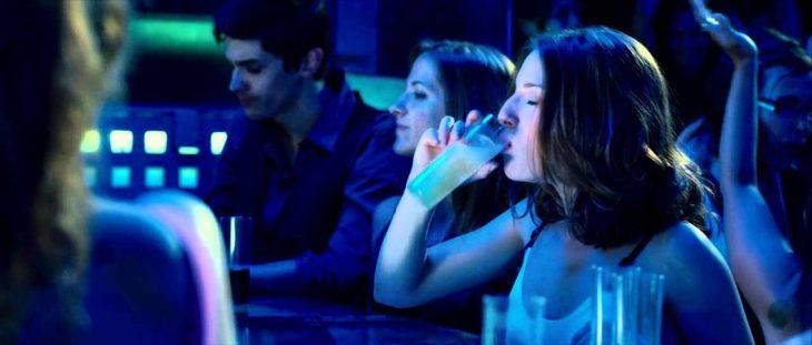 Escena de la película 3 metros sobre el cielo, babi bebiendo en la barra de un bar