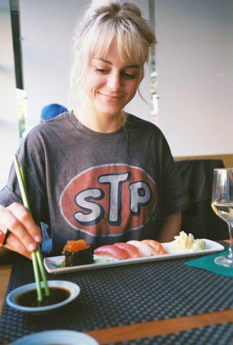 Chica comiendo sushi