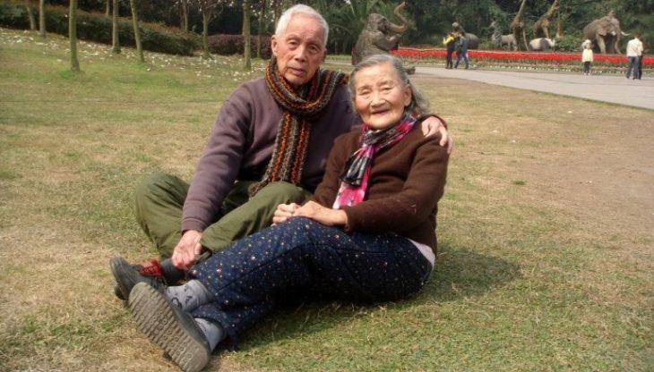 Cao Yuehua y Wang Deyi en el parque