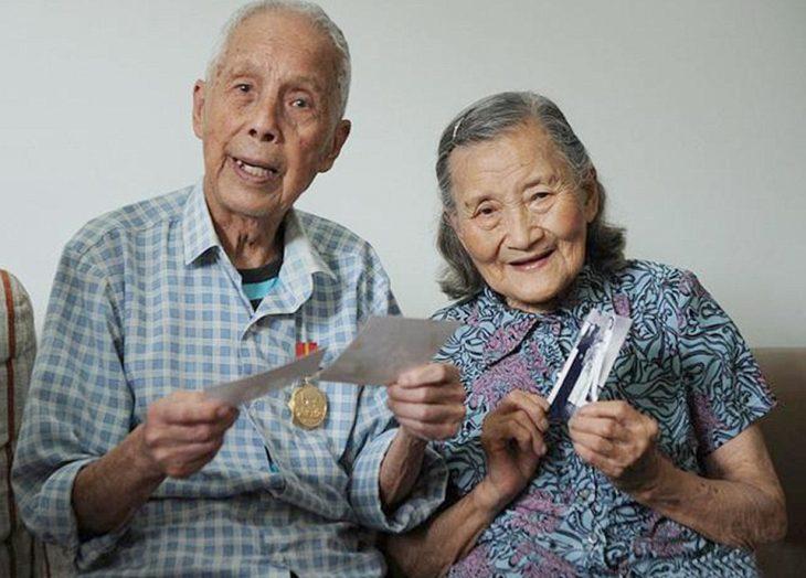 Cao Yuehua y Wang Deyi viendo fotografías