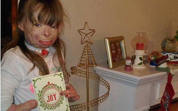 Safyre Terry con una tarjeta navideña