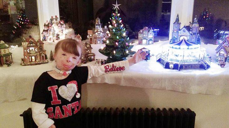 Safyre Terry con adornos de navidad