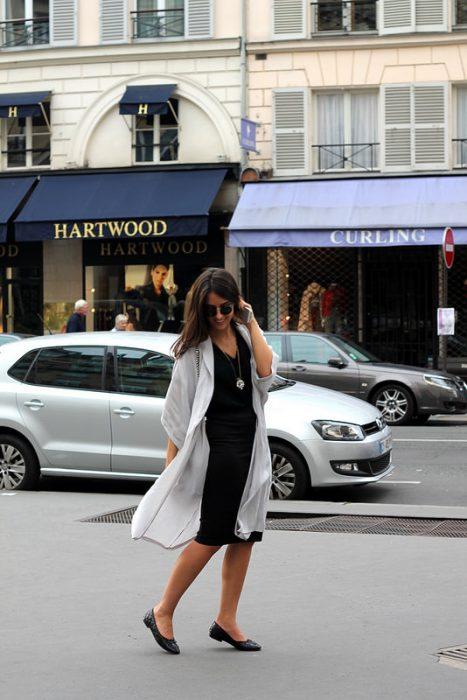 Chica caminando por la calle usando zapatos flats