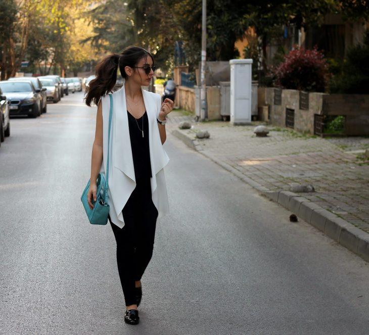 Chica usando unas flats caminando por la calle