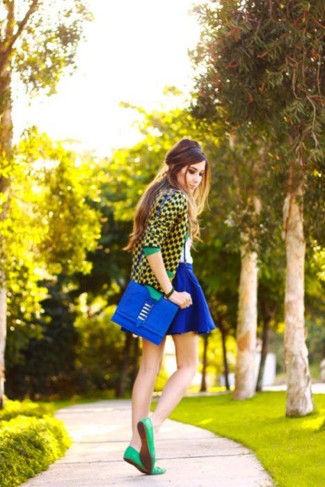 Chica usando una falda con flats en color verde