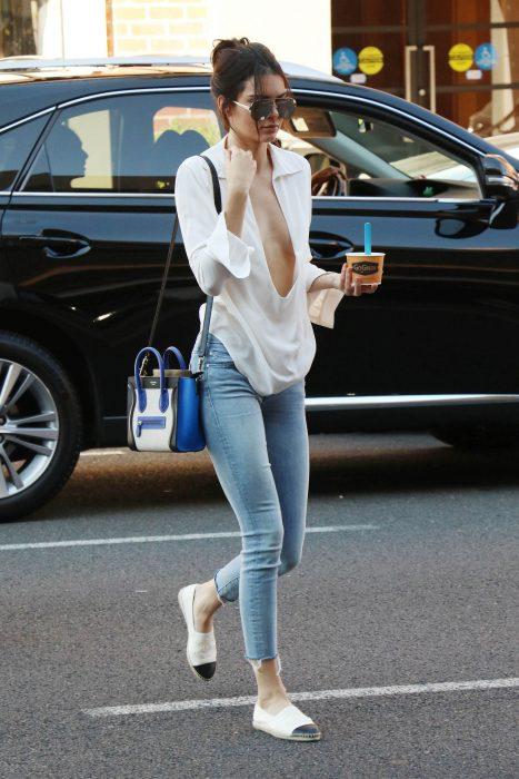Kendall Jenner usando unos zapatos flats y caminando por las calles de california