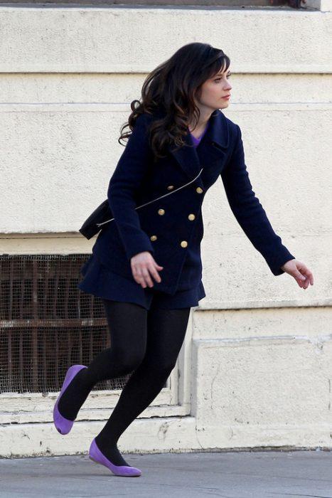 Zoey deschanel corriendo mientras usa flats