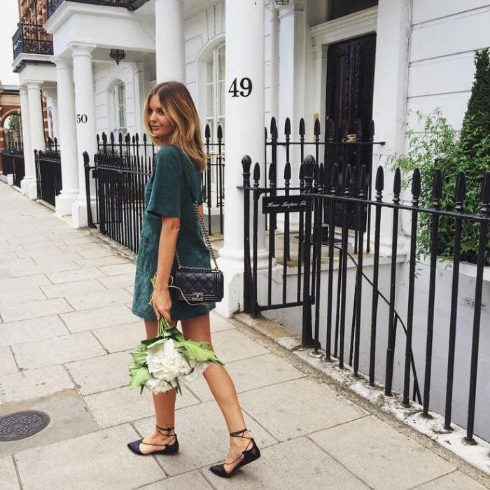 Chica caminando por la calle usando flats