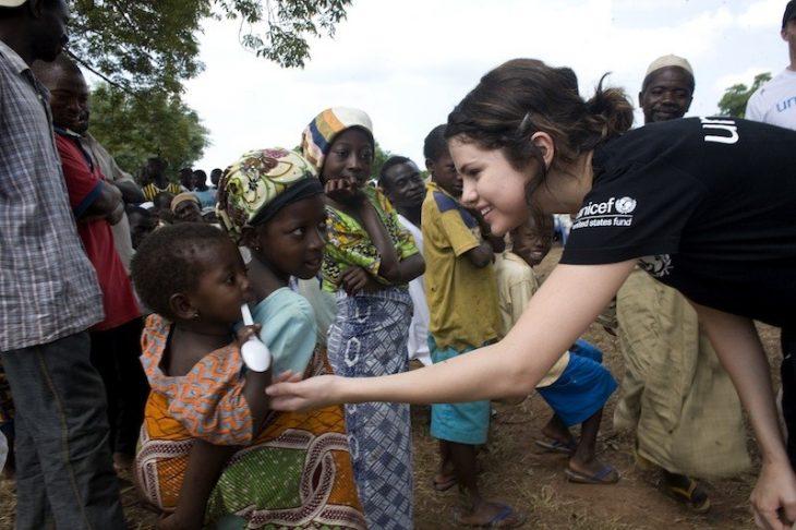 Selena gomez embajadora de Unicef ayudando a niños africanos