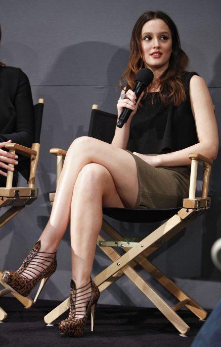 Leigton meeser con las piernas cruzadas durante una entrevista