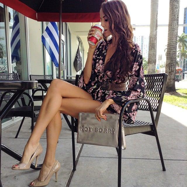 Chica sentada en una cafetería tomando café