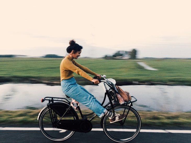 chica pasea en bicicleta