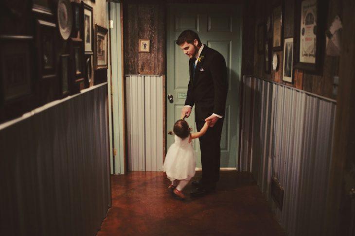 Papá bailando con su hija bebé