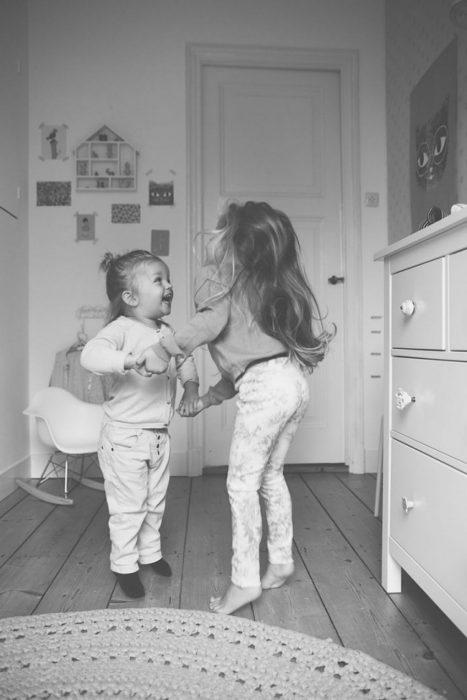 Hermanas pequeñas jugando a saltar