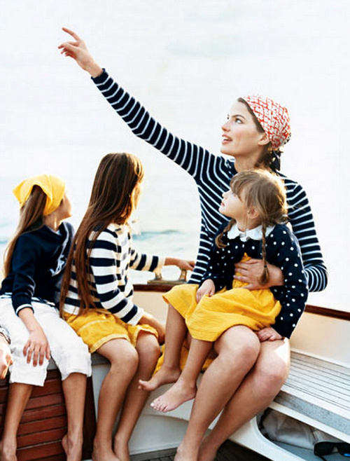 Madre enseñándole a sus hijas algo en el cielo