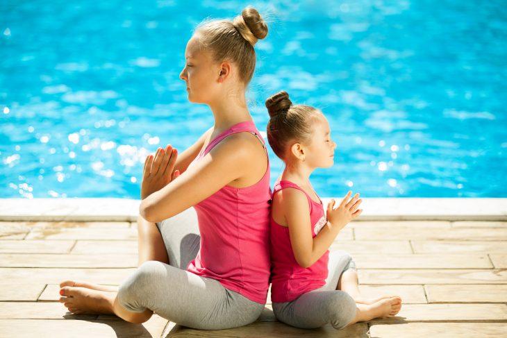 Madre e hija practicando yoga