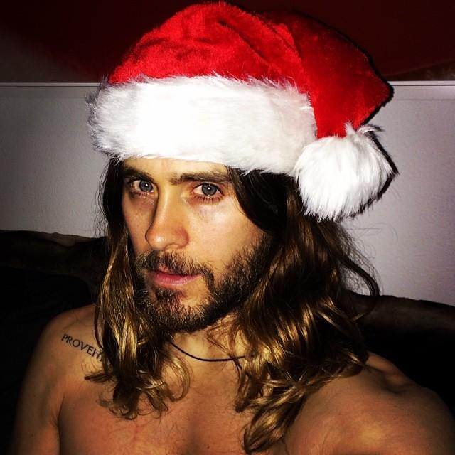 Jared leto usando un sombrero de santa claus