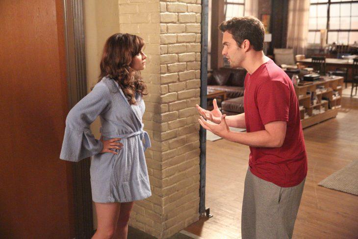 Escena de la serie new girl zoey deschanel peleando con su pareja