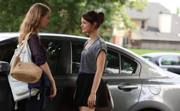 Chicas frente a un automóvil conversando