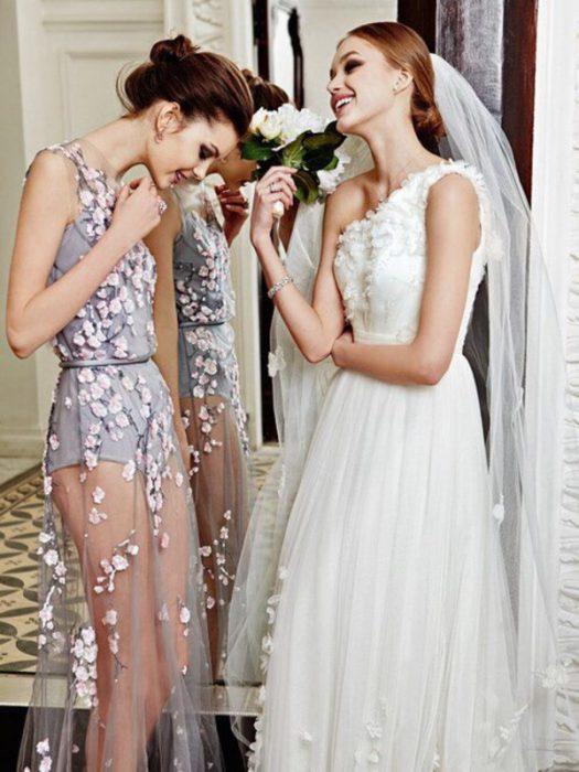 Mejores amigas juntas el día de la boda de una