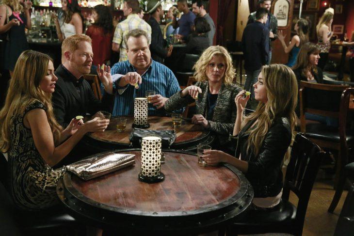 Escena de la serie modern family chica tomando un trago con su familia